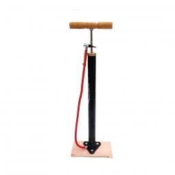 Pompe a pieds retro sur planche en bois